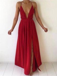 Vestido vermelho longo com decote profundo e fenda