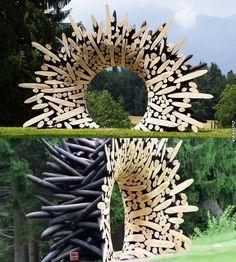 L'Artiste Sud-Coréen, Jae-Hyo Lee jeté des morceaux de bois dans les pièces d'art sculptural formée à partir de morceaux de bois brûlé qu'il a ensuite cirages pour créer le contraste visuel)