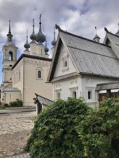 En Súzdal ha conservado milagrosamente un número increíble de antiguas iglesias y casas. Era un poderoso centro medieval, que con el paso del tiempo se convirtió en un modesto pueblo y fue redescubierto en general sólo en los años 60 del siglo XX por los cineastas. Desde entonces no se detiene el corriente de los visitantes.  Es un pueblo acogedor y encantador que forma ¡la parte integrante de nuestra ruta de anillo de oro! Russian Culture, Golden Ring, Old Churches, Heritage Site, 17th Century, Places Ive Been, Flow, Medieval, The Incredibles