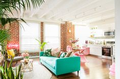 A Vibrant Urban Jungle Paradise in a Downtown LA Loft Deco Turquoise, Turquoise Couch, Deco Jungle, Living Room Decor, Living Spaces, Colorful Apartment, Colorful Rooms, Gravity Home, 1970s
