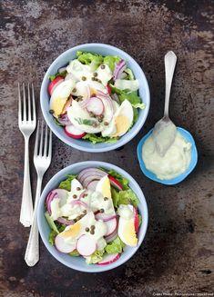 Salade de laitue aux radis, oeufs et sauce au yaourt - Découvrez comment réaliser facilement une recette de salade de laitue aux radis, oeufs et sauce au yaourt en suivant les étapes simples de notre préparation. Un délicieux plat qui plaira à tous !