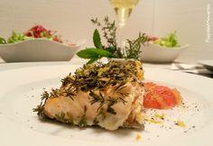 I filetti di salmone alle tre erbe con pompelmo rosa costituiscono un secondo piatto veloce e gustoso, leggero e ricco di Omega3