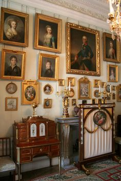 Russia: Pawlowsk - IMG_6032 English Interior, English Decor, French Interior, Classic Interior, French Decor, Hanging Paintings, Arte Obscura, Home Decor Furniture, Beautiful Interiors