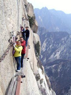 CHINA - A trilha mais perigosa do mundo. Turistas chineses na trilha de Chang Kong Cliff, no Monte Hua, na China. Foto: China Tours.