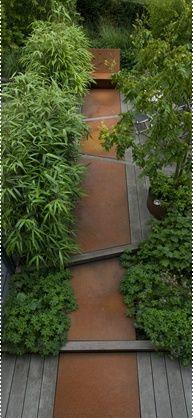 Corten-Stahlplatten in Eichen-Dielen. Sehr edel. Wegebegleitend Japanischer Pfeilbambus (http://galasearch.de/plants/12055-pseudosasa-japonica)