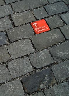 This bright red square catches your eye and provides direction in a classy way to help attendees find the convention center - STADT SOLOTHURN TOURISTISCHES LEITSYSTEM - signaletique: