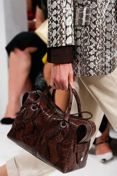 Tod's Spring 2019 Ready-to-Wear Fashion Show Details: See detail photos for Tod's Spring 2019 Ready-to-Wear collection. Look 4 Best Handbags, Handbags On Sale, Everything Designer, Lv Shoes, Latest Bags, New Bag, Luxury Shoes, Balenciaga City Bag, Fashion Show