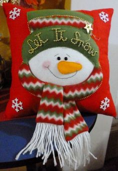 Hola a todos!aqui les muestro otras opciones de cojines que estoy haciendo para estas fiestas. Christmas Sewing, Christmas Fabric, Christmas Pillow, Felt Christmas, Christmas Time, Christmas Stockings, Christmas Ornaments, Snowman Crafts, Xmas Crafts
