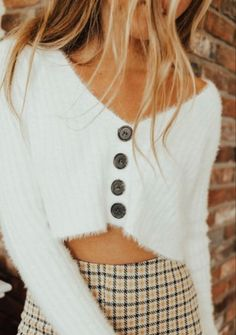Perfect for the beginning of fall- shop it here #falloutfit #springoutfit #croppedsweater
