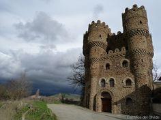 El castillo Las Cuevas, ubicado en la localidad Burgalesa de Cebolleros, localidad situada en la provincia de Burgos, comunidad autónoma de Castilla y León (España), comarca de Merindades.  Mas información:http://castillosdelolvido.es/castillo-de-cebolleros/