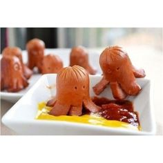 """Octopus hotdogs--some moms have WAY too much time on their hands. (to the side:""""not now sweetie mommy's pinning) *guilt-getting up to make octopus hotdogs. Cute Food, Good Food, Yummy Food, Awesome Food, Tasty, Toddler Meals, Kids Meals, Toddler Food, Octopus Hotdogs"""