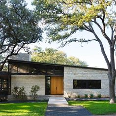 Tim Cuppett Architects drafted the architecture and interior design of this mid century modern ranch home in Austin, Texas. Modern House Design, Modern Interior Design, Modern House Exteriors, Modern Style Homes, Modern Exterior, Exterior Design, Stone Exterior, Midcentury Modern, Mid Century Exterior