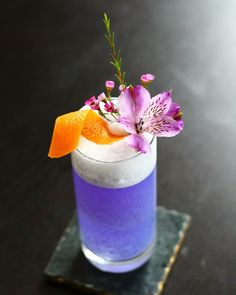 Christmas ist gone and new year ist knocking on the door. Preparing some interesting cocktails for my guest for New year Party. For those who r with us and also for those who r in our memories.  Creme de violette-Rose Liquor-Grape ich juice-Sake-Lavendel Syrup-Egg white-Veermaster Gin