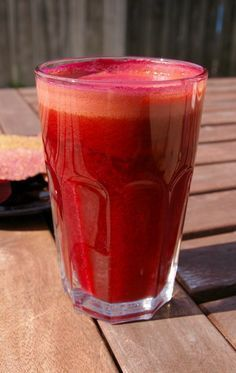 """So, you want to do a cleanse, but you've been wondering: what about all the fiber in those veggies and fruits? Should you use juices or smoothies? Why do some """"cleanses"""" involve juice only and some have smoothies with Healthy Juices, Healthy Smoothies, Healthy Drinks, Smoothie Recipes, Eating Healthy, Detox Juices, Yogurt Smoothies, Best Juicing Recipes, Diet Recipes"""