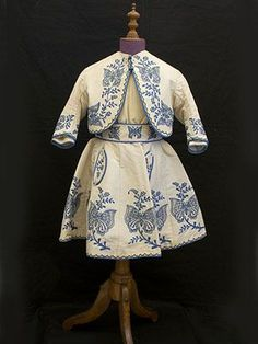 Circa 1865 Child's embroidered silk ensemble, from the Vintage Textile archives. Victorian Children's Clothing, Antique Clothing, Historical Clothing, Victorian Fashion, Vintage Fashion, 1800s Fashion, 19th Century Fashion, Vintage Gowns, Vintage Outfits
