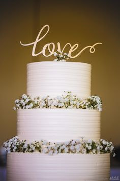 Simple wedding cake with baby's breath