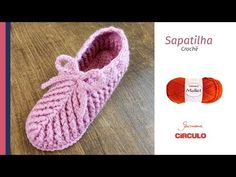 Easy Crochet Slippers - Learn To Crochet - Crochet Kingdom Crochet Dog Patterns, Crochet Slipper Pattern, Crochet Designs, Knitting Patterns, Crochet Ideas, Knitting Ideas, Quick Crochet, Learn To Crochet, Cute Crochet