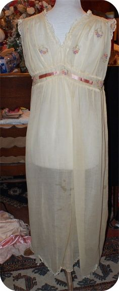 1920s VICTORIAN WHITE (GAUZE?) COTTON FLORAL SEE THRU LINGERIE GOWN. Back