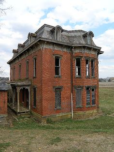 Abandoned Farm Houses, Old Abandoned Buildings, Old Buildings, Abandoned Places, Old Houses, Old Mansions, Abandoned Mansions, Creepy Houses, Most Haunted Places
