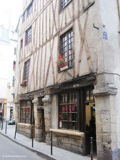 The timbered house at no3 Rue Volta was considered the oldest house in Paris until 1979 when it was proved that it dated only from the 17th century!