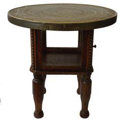 secesyjny stolik pomocniczy z litego, rzeźbionego drewna, z witrynką z kryształowymi szybkami. Blat stolika wykonany z mosiężnej blachy z wymłotkowanym orientalnym wzorem.