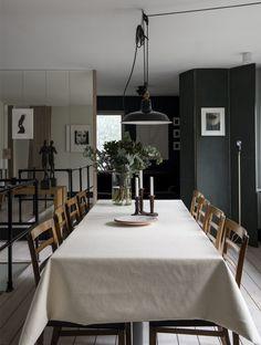 Stolar från formgivaren  Ole Wanscher, ljusstakar  Carl Malmsten, skål och fat från Upsala-Ekeby.