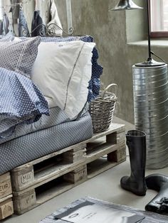 Shipping Pallets used as a bed base.  I love this look!