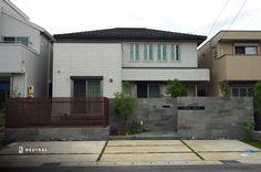 積水ハウスの外構『建物と合わせない、天然石のエクステリア』ニュートラル Garage Doors, House Design, Mansions, Landscape, Sekisui House, House Styles, Outdoor Decor, Gardening, Home Decor