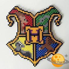 Harry Potter - Hogwarts Crest Perler Beads Sprite by PixelPlanetShop on Etsy Harry Potter Room, Harry Potter Hogwarts, Pony Bead Patterns, Beading Patterns, Harry Potter Perler Beads, Harry Potter Wedding Cakes, Peler Beads, Hogwarts Crest, Fuse Beads
