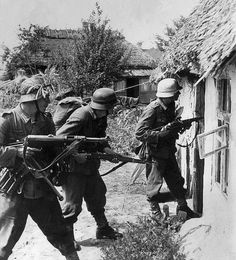 Wehrmacht soldiers with MP 38