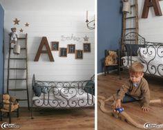 Chambre d'enfant de couleur Bleu Ouessant de la gamme de peintures 'AM.PM.', grande lettre en métal rouillé 'AM.PM.', petites ardoises d'écolier, mot Bonheur en fil de fer, 'Jardin d'Ulysse'