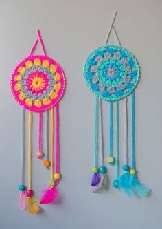 How To Make Dream Catchers,Great beginner project.These sassy and cute dream catchers are so easy to crochet.If you can crochet a granny square youll have no problem making these.Choose delightful colors that pop so theyre noticed when you enter the room. Crochet Diy, Crochet Simple, Crochet Mandala Pattern, Crochet Amigurumi, Love Crochet, Crochet Gifts, Crochet Stitches, Crochet Patterns, Dream Catcher Crochet Pattern