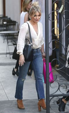 Celebrity Style Inspiration: Best Celebrity Inspired Street Style Outfits - Hilary Duff in a white top, distressed jeans and brown boots – click through for more celebrity s - Hilary Duff Style, Hilary Duff Fashion, Fashionista Trends, Star Fashion, Look Fashion, Fashion Outfits, Disney Fashion, Womens Fashion, Celebrity Style Inspiration
