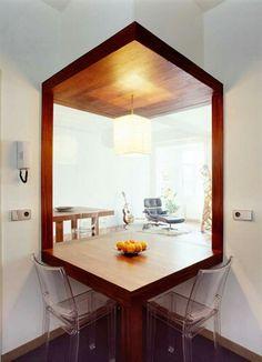 Finestra della cucina su salotto