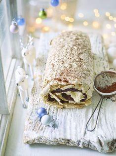The flavours of a classic tiramisu in a fluffy, crispy meringue roll. Delicious Desserts, Dessert Recipes, Yummy Food, Impressive Desserts, Cold Desserts, Paleo Dessert, Cupcake Recipes, Cookie Recipes, Meringue Roulade