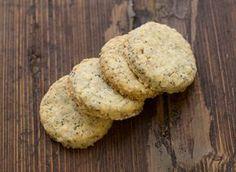 LES CHAMPÊTRES #1 (pour 40 à 50 biscuits) – 160 g de farine – 30 g de flocons d'avoine – 125 g de sucre roux – 125 g de beurre – 1 œuf – 4 c. à s. de graines de tournesol – 2 c. à s. de graines de pavot – 2 c. à s. de sésame – 1 c. à s. de lait – 2 pincées de sel