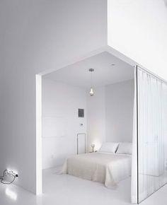 Hvidt er en smuk farve og basefarven i de fleste hjem, men kunne du forestille dig at bo HELT hvidt? En snehvid stue eller soveværelse? Når jeg ser på disse rum synes jeg, at det både er smukt og r…