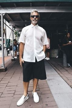 51 Impressive White Short Outfits for Summer Season White Sunglasses Mens, Man Sunglasses, Mens White Shorts, Black Shorts, Short Outfits, Summer Outfits, Look Fashion, Mens Fashion, Gothic Fashion