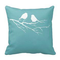 Pequeña silueta blanca de los pájaros del gorrión  almohadas