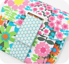 free photo tutorial- 'Perfect Pull Tab', This is NOT a pattern for the clutch, rather a tutorial for Adding a Pull Tab to Other Patterns/ Projects. That said, this is a really concise tutorial!