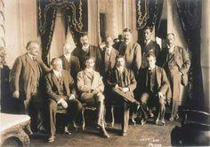 Febrero 20 de 1913  Desfilan frente a Palacio Nacional los miembros del gabinete del usurpador Victoriano Huerta, encabezados por Félix Díaz. | #Memoria #Politica de #Mexico | http://memoriapoliticademexico.org/Efemerides/2/20021913.html