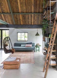 Betonnen vloer en houten plafond van sloophout | Concrete floor and wooden ceiling made of scrap wood | vtwonen 09-2017 | Fotografie Margriet Hoekstra | Styling Barbara Natzijl
