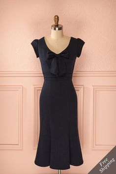 Jocaste ♥ Qu'est-ce que Joan Holloway porterait ? La femme de bureau de Mad Men opterait assurément pour cette robe marine. What would Joan Holloway wear? The professional from Mad Men would certainly opt for this navy dress.