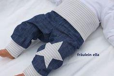Sehr schöne Pumphose aus leichtem Jeansstoff in Leinenoptik mit grau/weißen extra langen Softbündchen aus Öko-Jersey. Auf dem linken Bein befindet sich eine Stern-Applikation. Durch die schöne,...