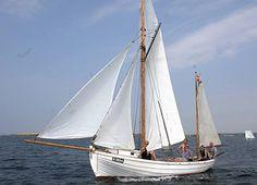 Der er sket noget dejligt på Bogø Havn: Et smukt fartøj er kommet hjem. Karen K 1054 er bygget i 1921 af tømrermanden Anders Andersen på Struve Nielsens strandgrund i Kalvehave. Båden er en klinkbygget åledrivkvase, med en for Smålandsfarvandet typisk skrogform. (Bogø Tidende, 12. august 2015).