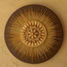 Soleil de moisson ou horloge du bonheur.. Tissages et agréments en paille sur bois diamètre 41 cm