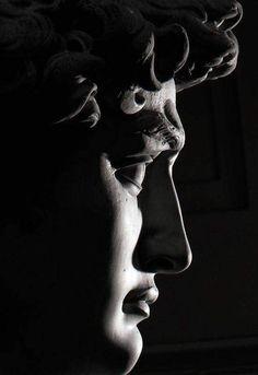 EL DAVID, de MIGUEL ÁNGEL… Es una escultura de mármol blanco de 4,1 m de altura realizada por Miguel Ángel Buonarroti entre 1501 y 1504 por encargo de la Opera del Duomo de la Catedral de Santa María del Fiore de Florencia. La escultura representa al Rey David bíblico en el momento previo a enfrentarse con Goliat, y fue acogida como un símbolo de la República de Florencia frente a la hegemonía de sus derrocados dirigentes, los Médici, y la amenaza de los estados adyacentes, especialmente los…