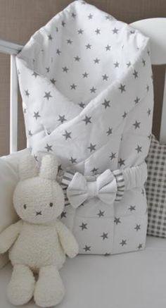 MAMINY ZAPISKY Зимнее одеяло-конверт на выписку с бантом  — 1800р.  Одеяло на выписку и для дальнейшего использования в кроватке и коляске, белого цвета с серыми звездами, выполнено из качественного  хлопка пастельных тонов, устойчивого к многократным стиркам, не линяет и не садится.  В комплекте с бантиком на резинке.