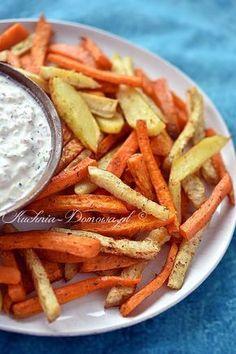 Frytki z marchewki, pietruszki, batata, selera i ziemniaka. Warzywa pocięte w słupki, jak frytki i upieczone w piekarniku z przyprawami...