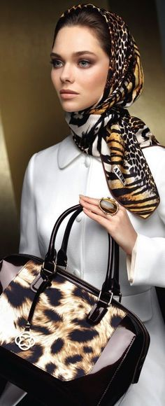 Classy mixed animal print scarf and handbag. Moda Animal Print, Animal Print Scarf, Animal Print Fashion, Fashion Prints, Animal Prints, Hijab Style, Hijab Chic, Couture Vintage, Head Scarf Styles
